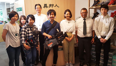 ABC朝日放送 キャストの取材スタッフとの写真