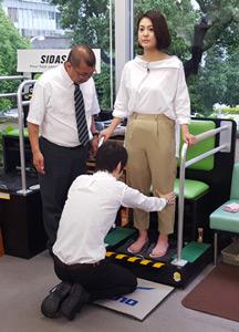 塚本麻里衣アナウンサーのオーダーメイドインソールを作成している写真