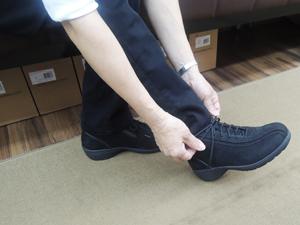 靴を試し履きしている写真