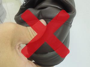 かかとがつぶれる靴の写真