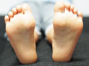 子供の足の写真