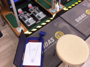足のサイズを測る機械の写真