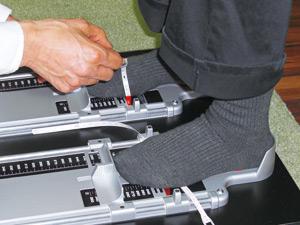 足のサイズを計測している写真