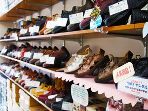 異邦人の店頭で取り揃えている靴の写真