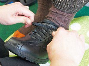 靴紐をしっかりと結んでいる写真