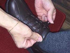靴の履き方を正しくお伝えしている写真