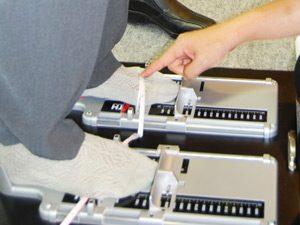 足のサイズを測っている写真