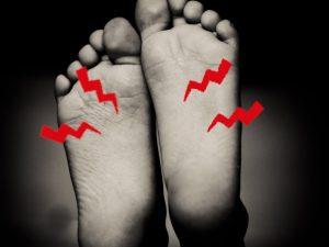 靴を履いていると足の裏が痛い…中敷きを入れると改善する?