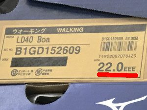 ウォーキングシューズの靴箱に記載されているサイズの写真