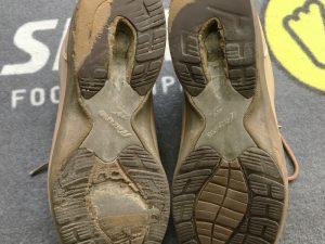 靴底のすり減ったウォーキングシューズの写真