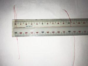 自分の足の幅のサイズを測っている写真