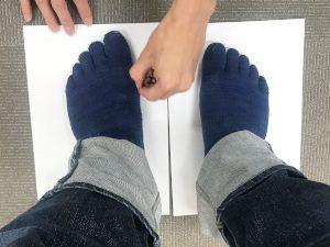 足の幅のサイズを測ってもらっている写真