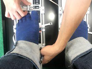 異邦人で足のサイズを測ってもらっている写真